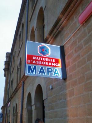 Atelier-Enseignes-Drapeau-double-face-lumineux-Boulevard-de-Treves-Metz-57