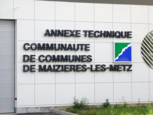 Atelier-Enseignes-Lettres-metal-laquees-retro-eclairees-Com-de-Com-de-Maiziere-57