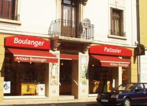 Atelier-Enseignes-Caisson-evide-lumineux-et-Store-Boulangerie-Spasic