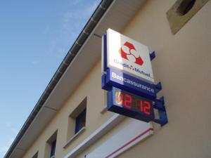 Atelier-Enseignes-Bandeau-Laque-Lumineux-tubes-BT-et-HDT-Credit-Mutuel-Magny-57