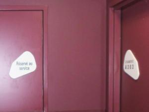 Atelier-Enseignes-Plaque-de-porte-stratifiee-blanc-gravee-HPMetz-Metz-57