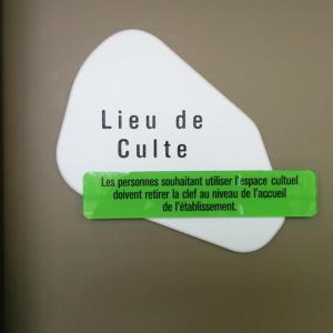 Atelier-Enseignes-Plaque-de-porte-stratifiee-blanc-gravee-et-Plaque-incolore-HPMetz-Metz-57