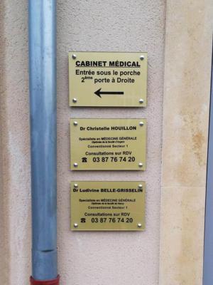 Atelier-Enseignes-Plaque-plexi-gravee-avec-cabochons-Docteur-Houillon-Florange-57