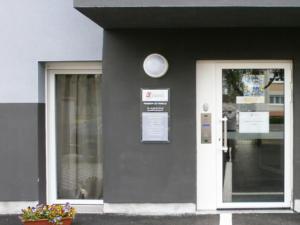 Atelier-Enseignes-Plaque-plexi-incolore-avec-cabochons-Amli-et-Presence-Habitat-Florange-57