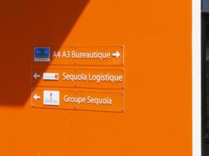 Atelier-Enseignes-Plaque-plexi-incolore-avec-cabochons-Groupe-Sequoia-Actipole-57