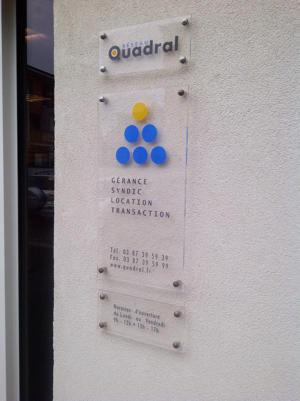 Atelier-Enseignes-Plaque-plexi-incolore-avec-cabochons-Quadral-01-Ban-Saint-Martin-57