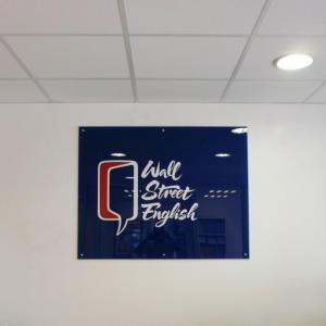 Atelier-Enseignes-Plaque-plexi-incolore-avec-cabochons-Wall-Street-English-Metz-57