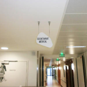 Atelier-Enseignes-Plaque-stratifiee-blanc-gravee-suspendue-HPMetz-Metz-57