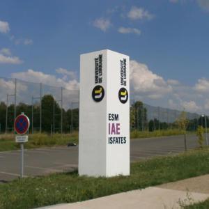Atelier-Enseignes-Totem-beton-peint-Universite-de-Lorraine-UFR-IAE-Metz-57