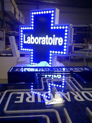 Atelier-Enseignes-Croix-leds-Laboratoire-Mathieu-Jarny-54