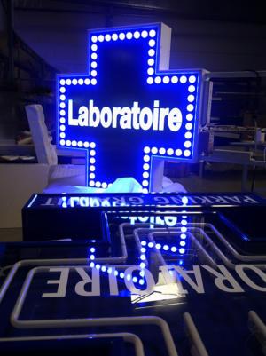 Atelier-Enseignes-Croix-leds-Laboratoire-Mathieu-Jarny-57