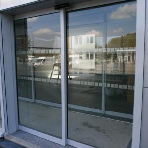 Atelier-Enseignes-Inscription-bande-securite-Caisse-Epargne-La-Halle-Metz-Pompidou-57