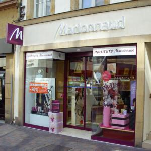 Atelier-Enseignes-Inscription-impression-numerique-vitrine-Marionnaud-Metz-57
