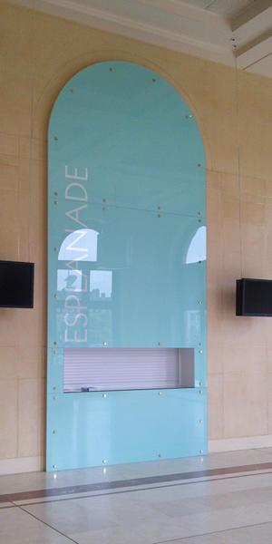 Atelier-Enseignes-Inscription-adhesif-depoli-sur-verre-01-Arsenal-Metz-57