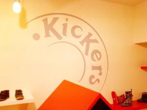 Atelier-Enseignes-Inscription-adhesif-murale-01-Kickers-Metz-57