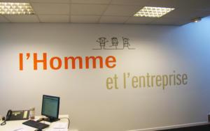 Atelier-Enseignes-Inscription-adhesif-murale-01-Moreno-Consulting-57