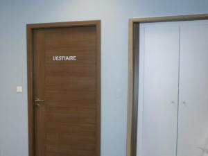 Atelier-Enseignes-Inscription-adhesif-sur-porte-Forme-et-Fitness-Boulay-57