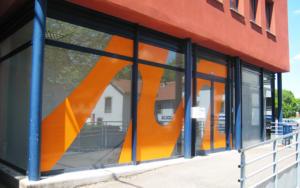 Atelier-Enseignes-Inscription-adhesif-sur-vitre-01-Moreno-Consulting-57