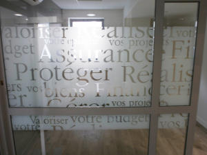 Atelier-Enseignes-Inscription-adhesif-depoli-02-Caisse-d-Epargne-Yutz-57