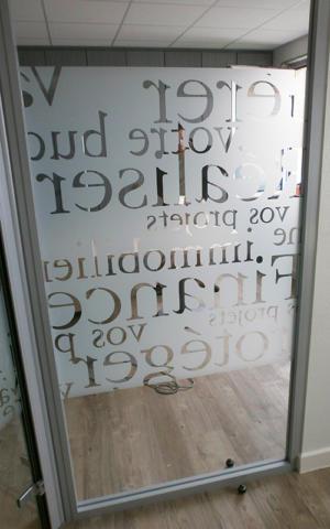 Atelier-Enseignes-Inscription-adhesif-depoli-06-Caisse-Epargne-Yutz-57