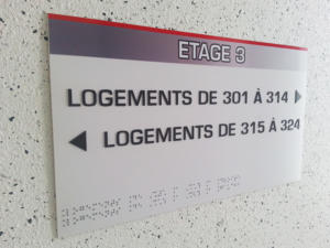 Atelier-Enseignes-Plaque-Relief-et-Braille-05